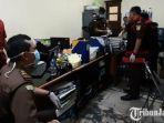 petugas-dari-kejati-jatim-lakukan-penggeledahan-di-kantor-ykp.jpg