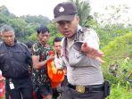 petugas-dibantu-warga-mengevakuasi-satu-korban-tenggelam-di-sungai-ciapus_20180225_214559.jpg