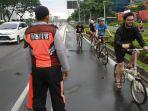 petugas-dishub-awasi-lintasan-khusus-jalur-sepeda-senayan_20210308_145310.jpg