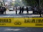 petugas-gabungan-berada-di-area-ledakan-bom-di-pintu-sisi-selatan-gereja-santa-maria-tak-b_20180514_113317.jpg