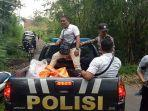 petugas-kepolisian-bersama-tim-medis-dari-puskesmas-bebandem-dibantu-warga-dan-tni.jpg