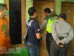petugas-kepolisian-mengecek-kamar-lokasi-penemuan-mayat-di-kamar-kos-di-kelurahan_20180212_113850.jpg