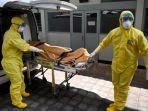 petugas-kesehatan-mengenakan-alat-pelindung-ikut-serta-dalam-latihan-dalam-menangani-pasien-covid-19.jpg