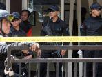 petugas-labfor-bareskrim-polri-olah-tkp-bom-kelurahan-arjuna_20170301_134703.jpg