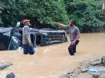 petugas-laka-lantas-polres-dharmasraya-melakukan-evakuasi-mobil-pajero.jpg