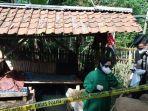 petugas-medis-dan-aparat-memeriksa-petani-yang-meninggal-di-sebuah-saung-di-desa-cikadu.jpg