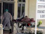 petugas-medis-membawa-pasien-dalam-pengawasan1.jpg