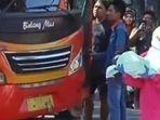 petugas-medis-membopong-bayi-dari-penumpang-perempuan-asal-tuban.jpg