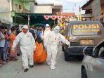 petugas-melakukan-evakuasi-jasad-korban-lukito-68-diduga-korban-pembunuhan.jpg