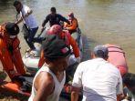 petugas-melakukan-evakuasi-warga-yang-diduga-digigit-buaya-di-kabupaten-agam.jpg