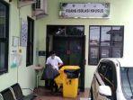 petugas-membersihkan-salah-satu-ruangan-rsud-dr-loekmonohadi.jpg