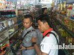 petugas-memeriksa-makanan-dan-minuman-saat-sidak-di-toko-swalayan-di-situbondo.jpg
