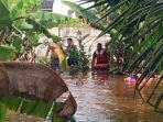 petugas-mencari-korban-banjir-di-sungai.jpg