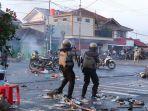 petugas-menembakkan-gas-air-mata-untuk-meredam-aksi-rusuh-massa-aksi.jpg
