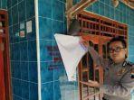 petugas-menunjukkan-label-keluarga-miskin-di-rumah-kpm-pkh-di-kecamatan-pamotan-rembang.jpg