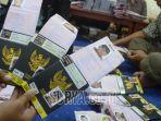 petugas-menyiapkan-paspor-dan-visa-jamaah-calon-haji_1.jpg