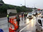 petugas-perketat-kendaraan-yang-hendak-masuk-jakarta_20200528_234350.jpg