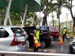 petugas-pkd-saat-memeriksa-mobil-yang-akan-masuk-ke-area-stasiun-gambir.jpg