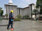 petugas-pln-deteksi-kabel-bawah-tanah-di-area-masjid-istiqlal_20210511_111937.jpg