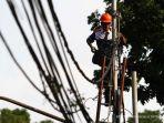 petugas-pln-melakukan-perawatan-kabel-listrik_20170301_130327.jpg