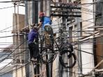 petugas-pln-membenahi-kabel-instalasi-listrik_20160331_165926.jpg