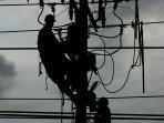 petugas-pln-memperbaiki-jaringan-listrik_20161013_153836.jpg