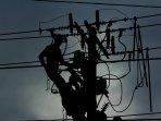petugas-pln-memperbaiki-jaringan-listrik_20161013_153854.jpg