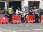 petugas-polisi-mengatur-arus-lalin-di-harmoni-jakarta_20201013_154029.jpg