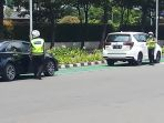 petugas-polisi-mengatur-penerapan-nopol-ganjil-genap-mobil_20211004_125034.jpg