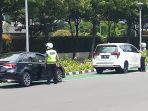 petugas-polisi-mengatur-penerapan-nopol-ganjil-genap-mobil_20211004_125116.jpg