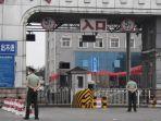 petugas-polisi-paramiliter-tiongkok-menjaga-pintu-masuk-ke-pasar-xinfadi.jpg