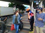 petugas-polsus-stasiun-tanah-abang-mengarahkan-penumpang_20200811_181457.jpg