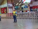 petugas-polsus-stasiun-tanah-abang-mengarahkan-penumpang_20200811_181752.jpg