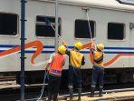 petugas-pt-kai-sedng-mencuci-kereta-api-jarak-jauh-di-stasiun-pasar-senen.jpg