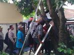 petugas-saat-mengevakuasi-jazad-korban-yang-tersengat-listrik-di-jl-kalikepiting-surabaya_20171127_153900.jpg