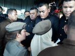 petugas-satpol-pp-bersitegang-untuk-masuk-ke-hotel-alexis_20180329_173215.jpg