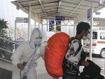 petugas-semprot-disinfektan-pekerja-migran-indonesia-asal-malays_20201013_142656.jpg