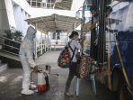 petugas-semprot-disinfektan-pekerja-migran-indonesia-asal-malays_20201013_142843.jpg