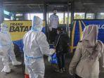 petugas-semprot-disinfektan-pekerja-migran-indonesia-asal-malays_20201013_142934.jpg