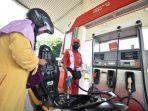 petugas-spbu-mengisi-bensin-kendaraan-roda-dua-konsumen.jpg