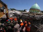 petugas-temukan-korban-gempa-lombok_20180808_200321.jpg