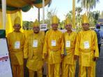 petugas-tps-komplek-citra-wisata-kenakan-pakaian-adat-melayu-deli_20151209_102046.jpg