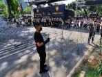 pihak-kepolisian-membentangkan-kawat-berduri-di-jalan-medan-merdeka-barat.jpg