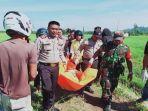 pihak-kepolisian-mengevakuasi-korban-tewas-di-dalam-parit-irigasi-sawah-warga-kelurahan-anjongan.jpg