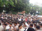 pihak-kepolisian-mundur-dari-kerumunan-massa-yang-melakukan-deklarasi-2019gantipresiden_20180826_162852.jpg