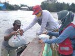 pmi-banjar-distribusi-bantuan-logistik-kepada-warga-terisolasi-banjir-dengan-perahu.jpg