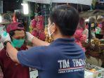 Polda Metro Jaya Bagikan Masker Gratis Kepada Pedagang dan Pengunjung Pasar Palmerah
