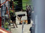 polisi-amankan-barang-bukti-dari-rumah-pelaku-bom-makassar_20210329_220640.jpg