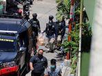 polisi-amankan-barang-bukti-dari-rumah-pelaku-bom-makassar_20210329_221041.jpg