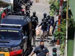 polisi-amankan-barang-bukti-dari-rumah-pelaku-bom-makassar_20210329_221220.jpg